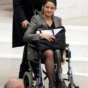 Parlamentdə protez ayaqlarla