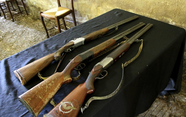 Babalarından miras qalan silahları polisə verdilər
