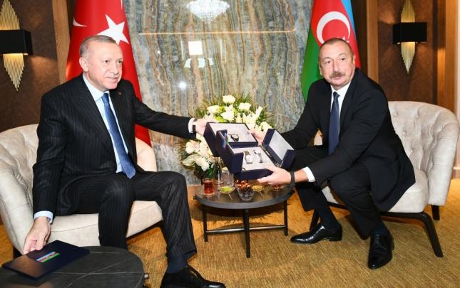 """Ərdoğan İlham Əliyevə """"Xarıbülbül"""" təsvirli saatlar bağışladı"""