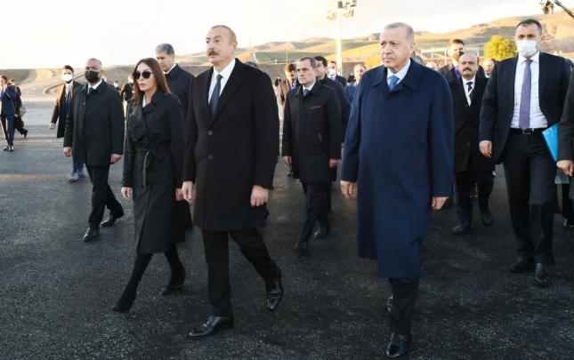 """Prezidentlər """"Ağıllı kənd""""də görülən işlərlə tanış oldu"""