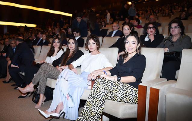 Mehriban Əliyeva qızları ilə konsertdə