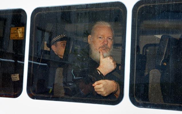 Deputatlar nazirdən Assanjın İsveçə ekstradisiyasını xahiş etdilər