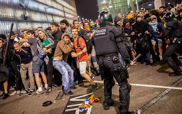 İspaniya polisi etirazçıları dəyənəklə döydü