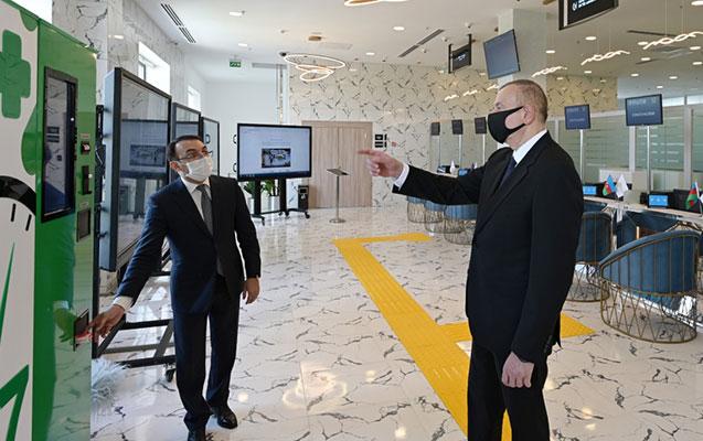Prezident smart aptek aparatı ilə tanış olub