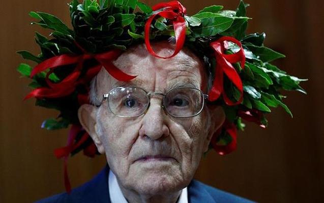 96 yaşında universitet məzunu oldu