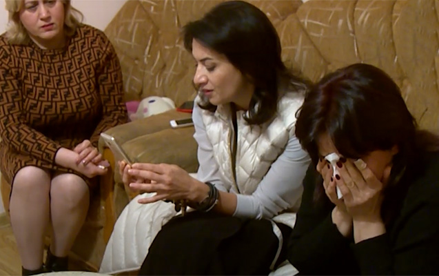 Paşinyanın xanımı ölən əsgərin anası ağlayarkən telefonla oynadı