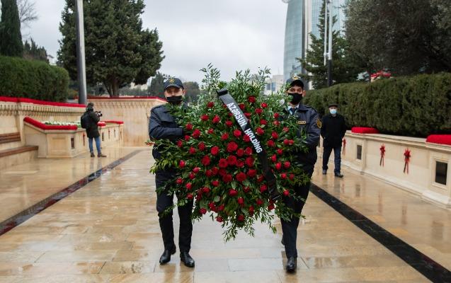 """""""Azərsun Holdinq""""in kollektivi Şəhidlər xiyabanını ziyarət edib"""