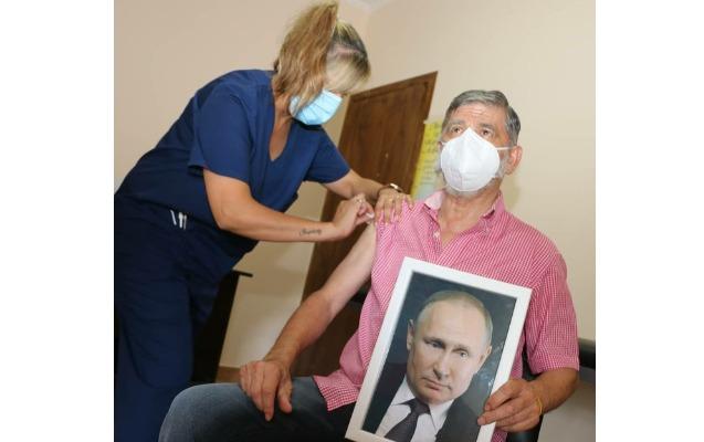 Əlində Putinin portreti ilə peyvənd olundu