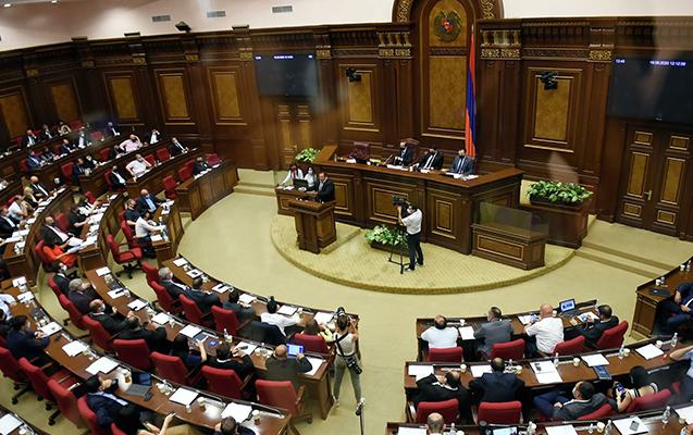 Ermənistanda müxalif deputatlar iclası yarıda tərk etdilər