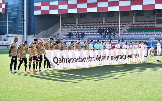 """""""Qarabağ"""" meydana hərbi geyimdə çıxdı"""